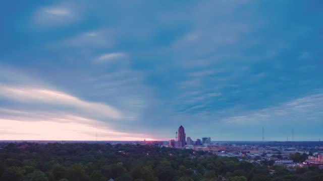 vídeos de stock e filmes b-roll de time lapse cityscape sunrise with storm clouds on the horizon. - des moines iowa