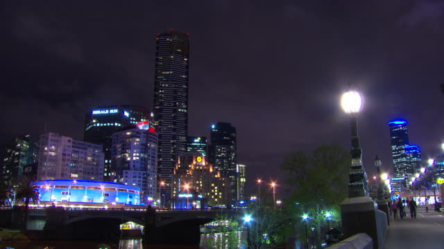 time lapse clear night melbourne 'hamer hall' concert centre lit up in blue with herald sun building and southbank in the background princes bridge... - 電飾点の映像素材/bロール