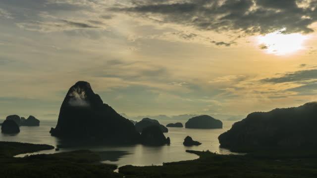 日の出時間、自然旅行および休日の概念でサメット ナン チーの幻想的な景観ビュー ポイントの 4 k の時間経過クリップ - クラビ県点の映像素材/bロール