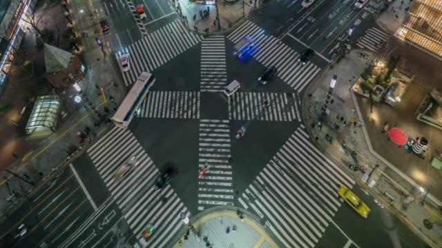 4k tids fördröjning klipp av människor och bil folk massan med satellitvy fot gängare korsning tvär promenad Ginza övergångsställe bil trafik nattetid på Tokyo City. Japan, japanskt kultur koncept
