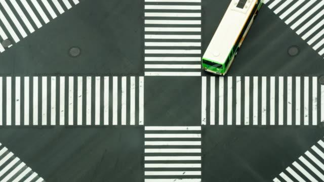 4K Zeitraffer Clip von Menschen und Auto Masse mit areial Blick Pedestrains Kreuzung Kreuz-Spaziergang Ginza Zebrastreifen Autoverkehr auf Tokyo City. Japan