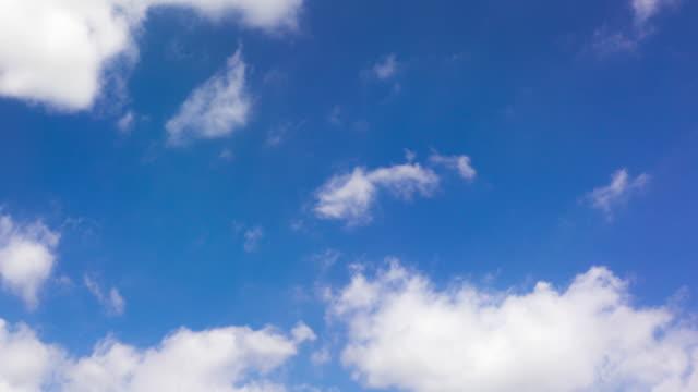 Zeitraffer-clip von weißen flauschigen Wolken über Blauer Himmel