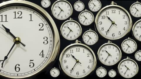 time lapse clock with time going forwards then backwards - turning bildbanksvideor och videomaterial från bakom kulisserna