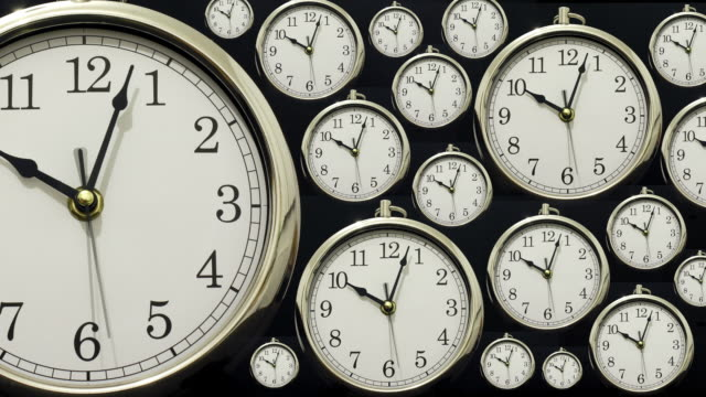 vidéos et rushes de time lapse clocks all at the same time. - horloge