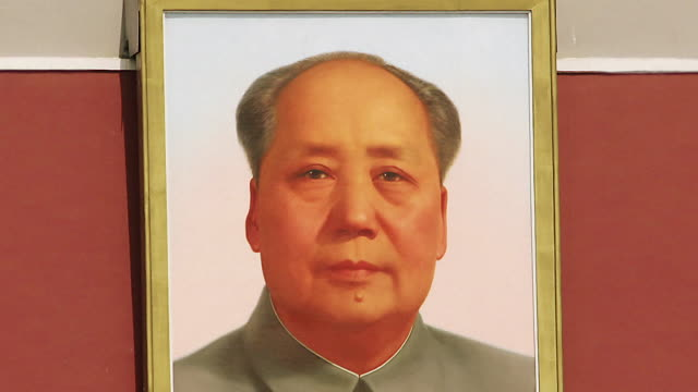 stockvideo's en b-roll-footage met time lapse close up zoom out from portrait of chairman mao to the gate of heavenly peace at tiananmen square / beijing, china - communisme