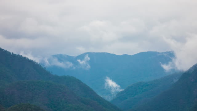time lapse wolke und bergblick in mae hong son thailand - mountain range stock-videos und b-roll-filmmaterial