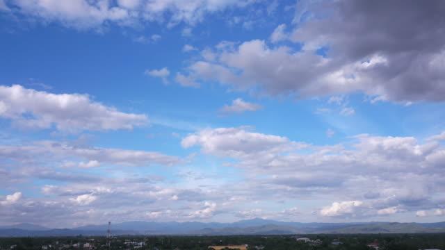 Tid förflutit, moln och bergsutsikt