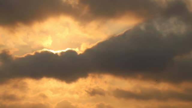 vídeos de stock, filmes e b-roll de lapso de tempo nuvem sobre o sol. - passar a frente