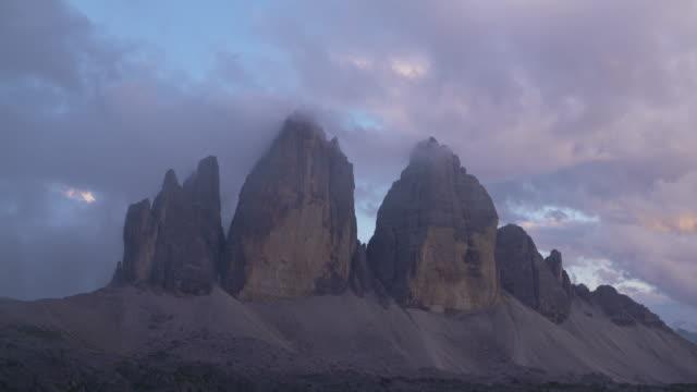 vídeos y material grabado en eventos de stock de time lapse. clouds at the peak of tre cime di lavaredo (mountain). tre time di lavaredo, sexten dolomites, dolomites, european alps, alto adige, south tyrol, italy. - punto de referencia natural