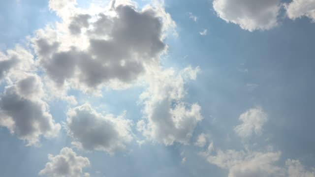 zeitraffer: wolken schweben tagsüber - dramatischer himmel stock-videos und b-roll-filmmaterial