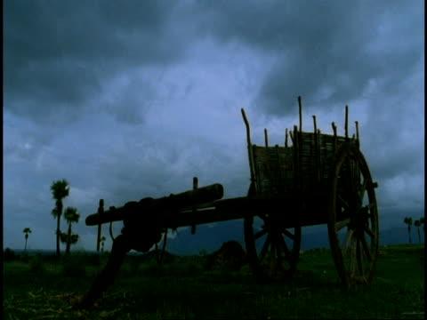 vídeos de stock, filmes e b-roll de wa time lapse clouds over cart, western ghats, india - carrinho meio de transporte