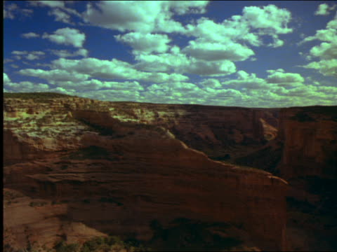 vídeos de stock, filmes e b-roll de time lapse clouds over rock formations in grand canyon - 2001