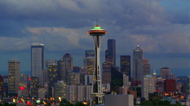 time lapse clouds over seattle skyline with space needle / dusk to night / washington - space needle bildbanksvideor och videomaterial från bakom kulisserna