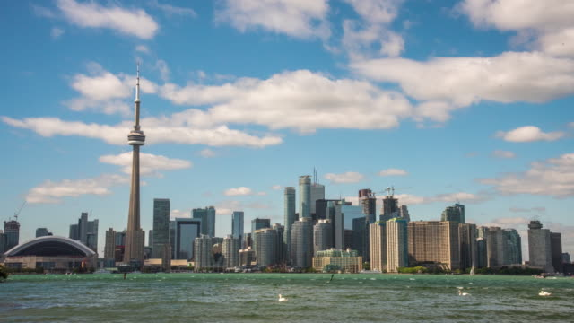 vídeos de stock, filmes e b-roll de nuvens de lapso de tempo ws rolando sobre horizonte cidade e cn tower, toronto, canadá - ontário canadá