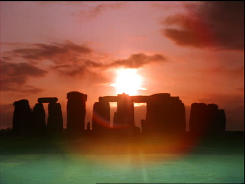 time lapse clouds + sunset over stonehenge / wiltshire, england - romantic sky stock videos & royalty-free footage