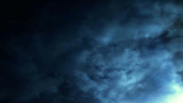 vídeos de stock, filmes e b-roll de time lapse clouds travel across a blue sky (loop). - alto contraste