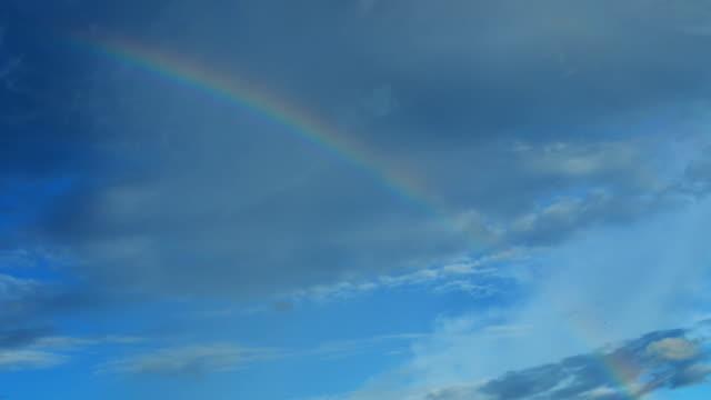 Lapso de tiempo de nubes con rainbow: