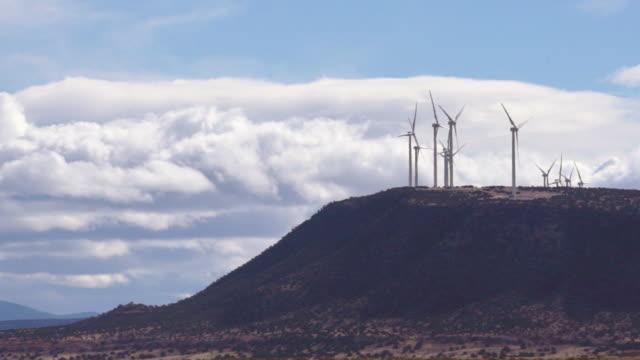 zeitraffer kommerziellen windturbinen mit großen wolken - dramatischer himmel stock-videos und b-roll-filmmaterial