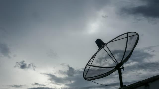 vídeos de stock, filmes e b-roll de lapso de tempo: comunicação da antena de satélite (zoom tiro) - satélite