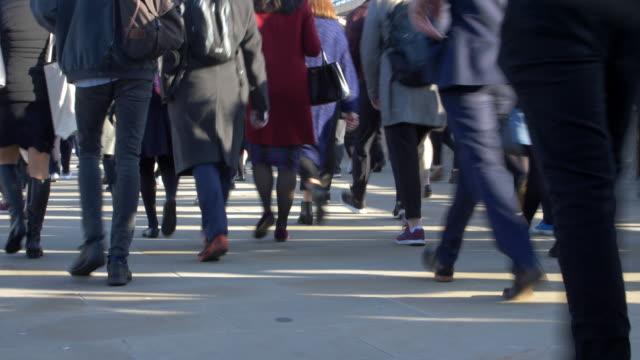 time lapse, pendolari che camminano, angolo basso. vista posteriore. 12 fps - pedone ruolo dell'uomo video stock e b–roll