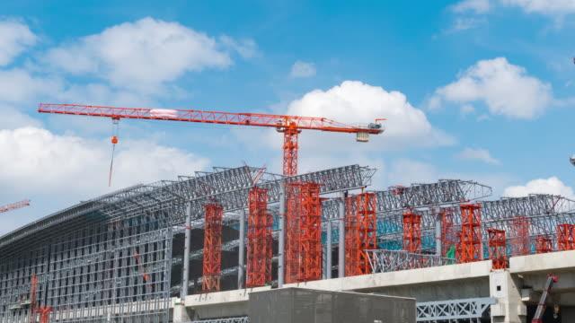 4k zeitraffer: construction site baugebiet - hanging gallows stock-videos und b-roll-filmmaterial