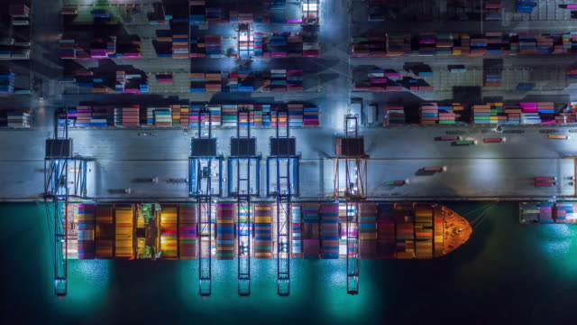 vidéos et rushes de time lapse container , container ship in export and import business and logistics. - port de commerce