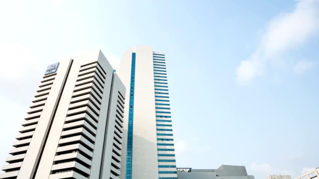 hd intervallo di tempo : edifici aziendali e cloud. - stile minimalista video stock e b–roll