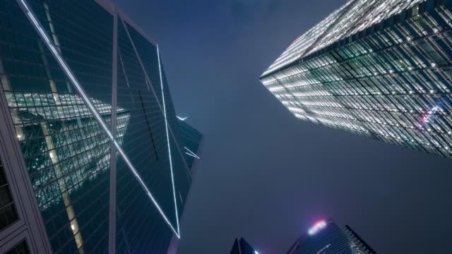 Lapso de tempo de 4K: edifícios corporativos. Arranha-céu de construção na cidade de Hong Kong. Arquitetura e cidades