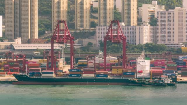 4kタイムラプス:クレーンブリッジは、ビジネスロジスティクス、輸入輸出、輸送または輸送のためのトラックにコンテナ船からコンテナをアンロードします。 - 引きずる点の映像素材/bロール