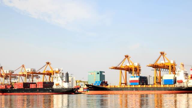vídeos y material grabado en eventos de stock de hd-time lapse: crane está trabajando en shipyard. - full hd format
