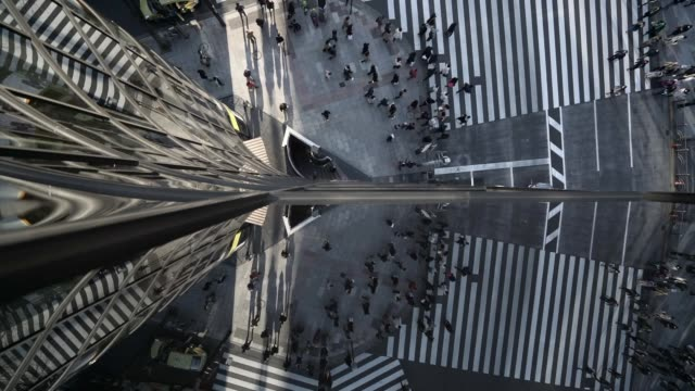vídeos de stock, filmes e b-roll de time lapse: creative reflection shot of crosswalk in tokyo - perspectiva espacial