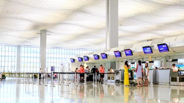 vidéos et rushes de hd temps qui passe: foule au hall des départs de l'aéroport de hong kong - passenger