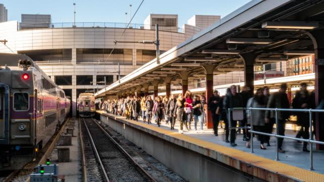 stockvideo's en b-roll-footage met time lapse menigte van passagier en toerist die in spoorwegpostplatform lopen - spoorlijn