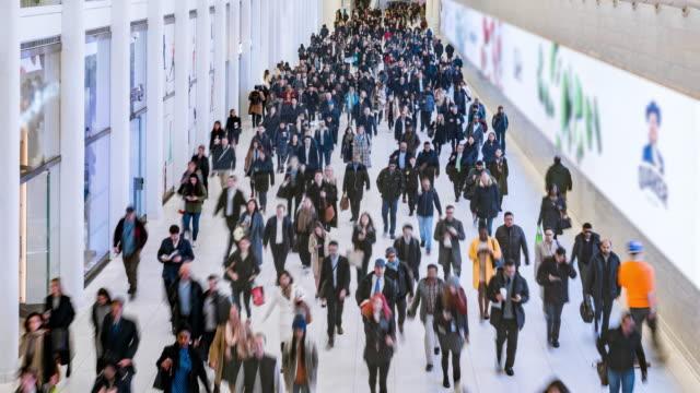 vidéos et rushes de foule de temps lapse de passager et touriste marchant dans le métro - transports publics