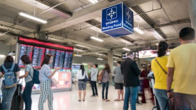Zeitraffer: Menschenmenge von Passagieren Touristen auf Flughafen Ankunftshalle Bereich
