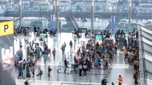 vídeos de stock e filmes b-roll de time lapse: crowd of passenger traveler tourist at airport arrival departure hall area - edifício do governo local