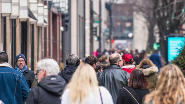 vídeos de stock, filmes e b-roll de multidão do lapso de tempo 4k dos pedestres que andam na rua na hora do rush entre edifícios modernos em chicago, illinois, estados unidos, negócio e conceito americano da cultura - metrô de chicago