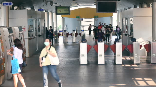 4k time lapse : crowd of people wear face mask for protect corovavirus or covid-19 outbreak. - prevenzione video stock e b–roll