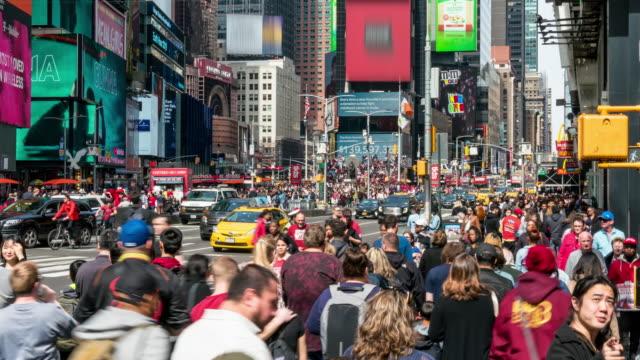 zeitraffer-menge von touristen zu fuß am times square - gehweg stock-videos und b-roll-filmmaterial