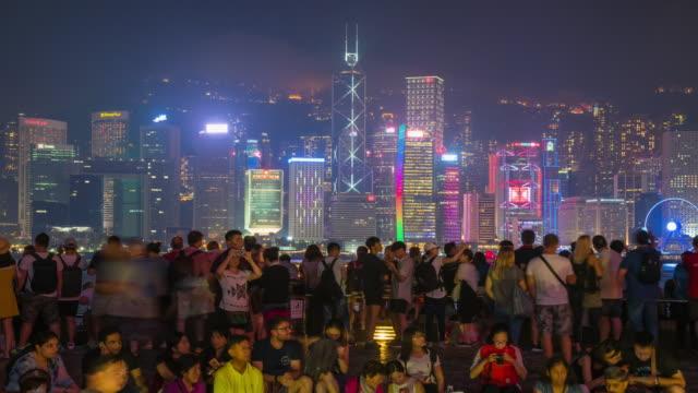 vidéos et rushes de time-lapse: foule de touristes à victoria harbour, hong kong - île de hong kong