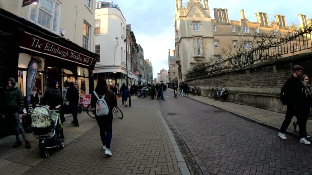 4k zeitraffer crowd pedestrians tourist in cambridge - england - besichtigung stock-videos und b-roll-filmmaterial