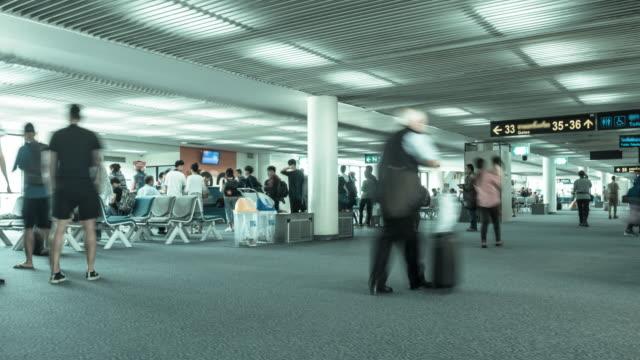 Zeitraffer: drängen sich Menschen am Flughafen-terminal.
