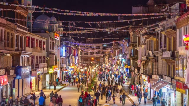 4k time lapse : crowd people leh ladakh walking in night market and   with himalayan mountains  at jammu and kashmir,  northern india - jammu e kashmir video stock e b–roll