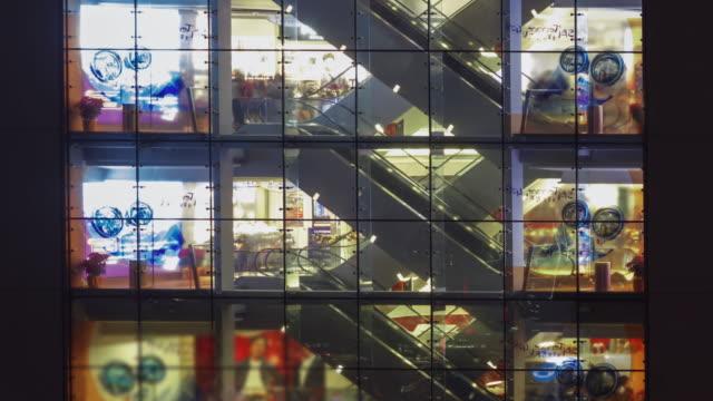 4K Zeitraffer: Menschen drängen sich auf Rolltreppe in Shopping Mall in Hong Kong.