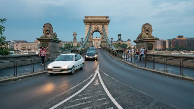 time lapse, crowd  vehicle crossing chain bridge at dusk, budapest - 14th century bc stock videos & royalty-free footage