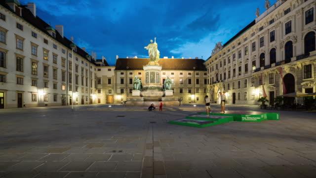 vídeos de stock e filmes b-roll de time lapse, crowd waking at hofburg palace, vienna - viena
