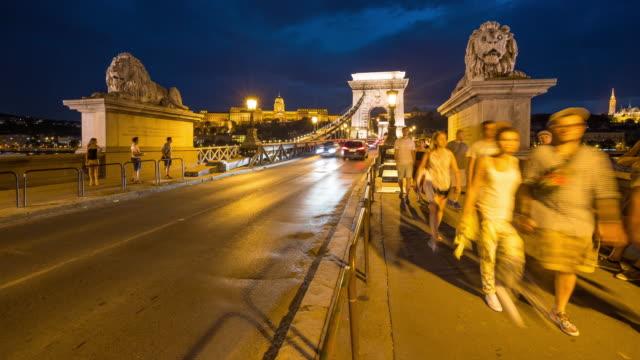 time lapse, folla che cammina al chain bridge al crepuscolo, budapest - chain bridge suspension bridge video stock e b–roll