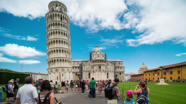 time lapse, crowd walking at leaning tower of pisa, italy - torre dell'orologio torre video stock e b–roll