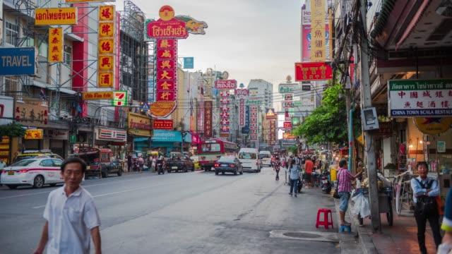 4k zeitraffer: überfüllte china-stadtstraße, berühmte streetfood in thailand. neigung erschossen - bangkok stock-videos und b-roll-filmmaterial