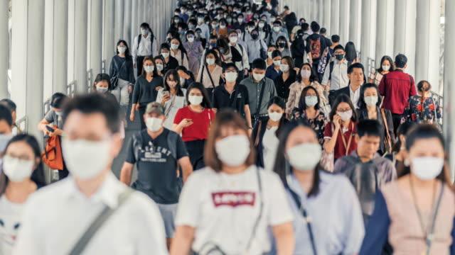 時間流逝人群穿著口罩,以防止冠狀病毒或科維德19爆發 - 行人路 個影片檔及 b 捲影像